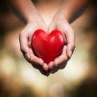 avucunun arasına bir yürek bıraktım. ıster bi kenara kaldırıp atarsın. ıster kendi yüreğinin üstüne koyarsın.