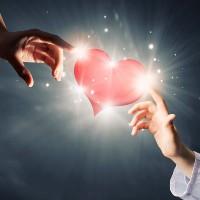 Bir insanım kalbine sev...