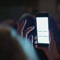 en büyük fantezim, karanlıkta telefonun ekranına gelen sivrileri ezmek. resmen öcümü alıyorum.