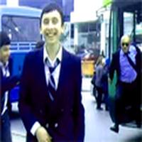 Otobüste, arkaya doğr...