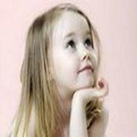 Küçük bir kız abisi...