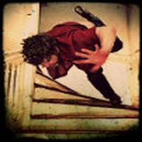 Merdivenlerden düştü...