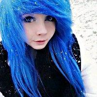 Kız, saçını maviye ...